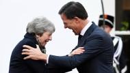 Ringen um das Brexit-Abkommen: Theresa May und Mark Rutte