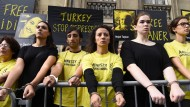 Aktivisten von Amnesty International protestieren gegen die Inhaftierung von Menschenrechtlern in der Türkei, darunter Peter Steudtner.