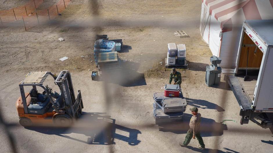 Grenzpolizisten am Samstag beim Aufräumen im geräumten Camp unter der Internationalen Brücke in De Rio