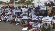 """Nieder mit al Shabaab"": Demonstranten im Oktober in Mogadischu"