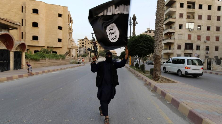 Ein IS-Kämpfer im Juni 2014 in Rakka