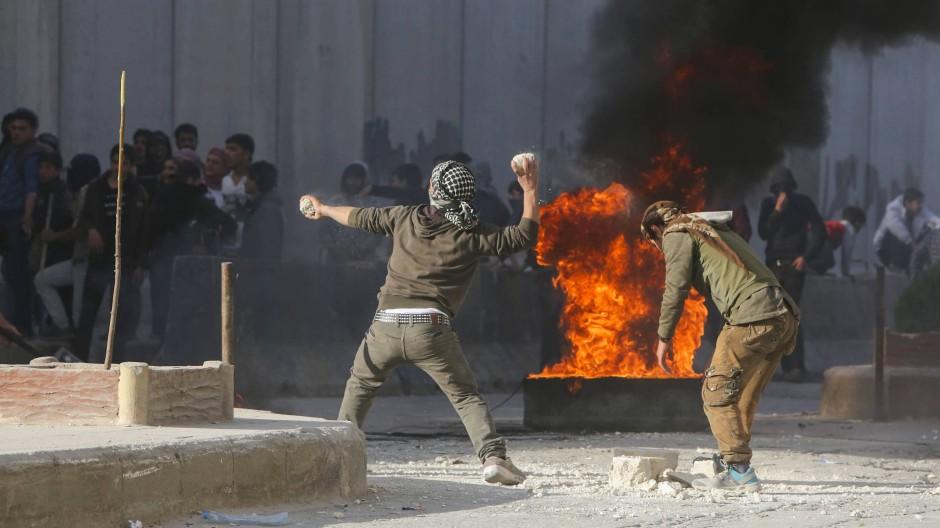Syrische Demonstranten werfen am Sonntag Steine auf türkische Sicherheitskräfte in der nordsyrischen Stadt Al-Bab.