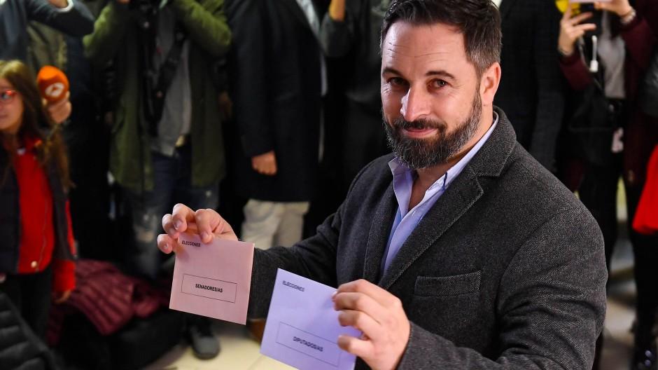 Santiago Abascal, Spitzenkandidat der rechtspopulistischen Partei Vox, gibt bei der Parlamentswahl in Spanien am Sonntag in Madrid seine Stimme ab.