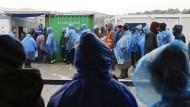 Bedingung einer angemessenen Unterbringung: Flüchtlinge am Dienstag auf der griechischen Insel Lesbos.