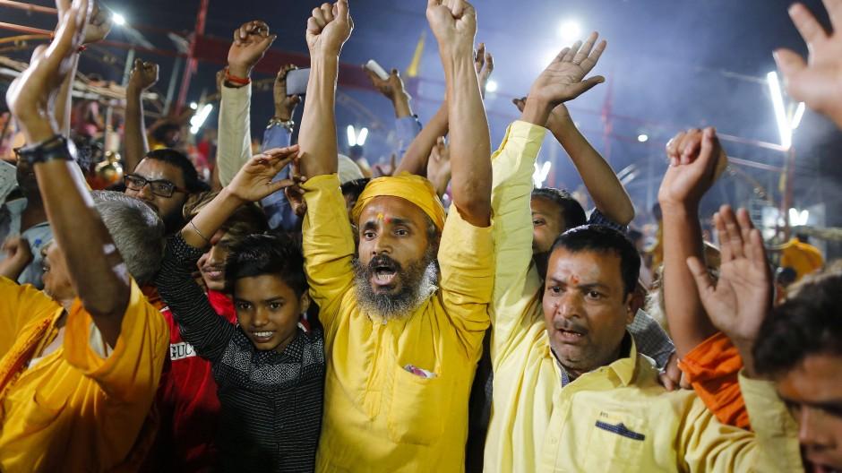 Hindus in Ayodhya feiern den Richterspruch am Samstag