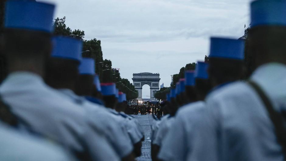 Schüler der Offiziersschule der Armee stehen auf der Avenue des Champs Elysees in Paris während einer Probe für die Parade zum Nationalfeiertag.
