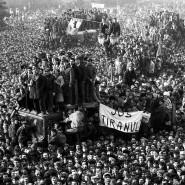 Demonstranten in Bukarest vor 30 Jahren: Während der Revolution versammeln sich vor der Zentrale der kommunistischen Partei am 22. Dezember 1989.