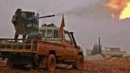 Syrische oppositionelle Rebellen feuern gegen eine IS-Stellung bei Al Bab: Die Kämpfe um den kleinen Ort in der Nähe von Aleppo halten an.