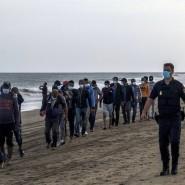 Migranten aus Marokko im Oktober 2020 in Begleitung der spanischen Polizei am Strand von Gran Canaria.