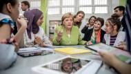 """Merkel am runden Tisch mit jungen Schülerinnen in Algerien: Das Land gilt als """"stabil"""" und wird von der Kanzlerin gelobt."""