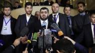 Zeigt sich skeptisch: der Verhandlungsführer der Rebellen Muhammad Allousch (Mitte)  bei den Syriengesprächen in Kasachstan.