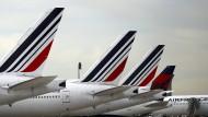 Flugzeuge der französischen Fluggesellschaft Air France auf dem Rollfeld des Flughafens Paris-Charles-de-Gaulle im April 2018