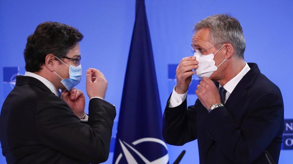 Nato-Generalsekretär Jens Stoltenberg (rechts) und der ukrainische Außenminister Dmytro Kuleba am 13. April in Brüssel