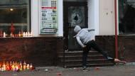 Ein Mann wirft Steine auf das Dönerlokal, vor dem sich die Tat ereignete. Auch weitere Läden des Betreibers wurden angegriffen.