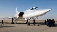Ein russischer Bomber vom Typ Tu-22M3 steht auf dem Luftwaffenstützpunkt in Hamadan. Von hier aus flogen Bomber Angriffe in Syrien.
