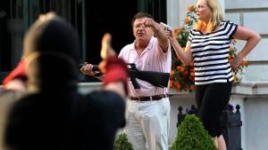 Gouverneur begnadigt Ehepaar, das mit Waffen auf Demonstranten zielte