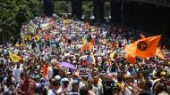 """""""Staatsstreich von oben"""": Anhänger der Opposition demonstrierten am Samstag in Caracas gegen Maduro."""