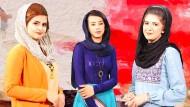 Der erste Frauensender in Afghanistan: Die drei Moderatorinnen Elham, Shabana and Khatera setzen sich durch ihre Arbeit für Frauenrechte ein.