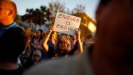 """""""Genug ist genug"""": Bei der Trauerfeier in Parkland hält eine Frau ein Schild mit einer politischen Forderung"""