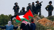 Konfrontation an der Grenze: Israelische Sicherheitskräfte stehen palästinensischen Demonstranten gegenüber.