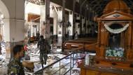 Sicherheitskräfte inspizieren die Schäden in der St-Antonius-Kirche in Colombo.