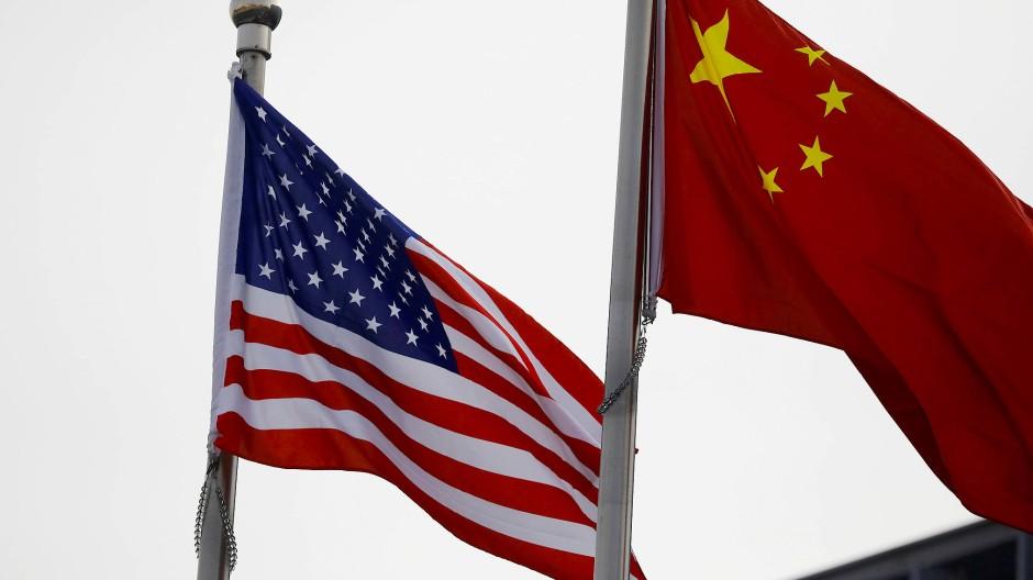 Eine amerikanische und eine chinesische Flagge im Januar in Peking