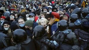 """Kreml spricht von """"wenigen Menschen"""" bei Nawalnyj-Protesten"""
