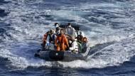 """Ein Beiboot der spanischen Fregatte Canarias bei einem Einsatz im Rahmen der Operation """"Sophia"""""""
