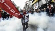 Türkische Demonstranten fliehen vor den Wasserwerfern der Polizei.