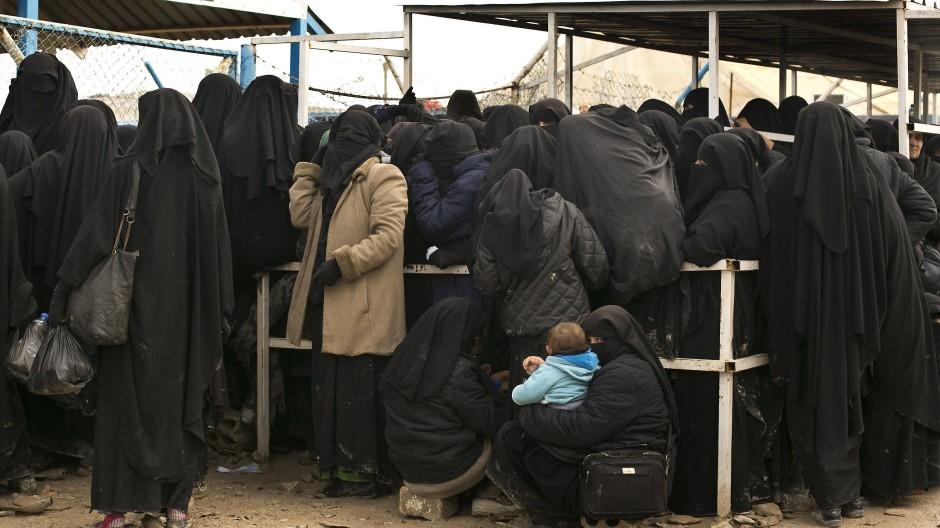 Frauen warten im Lager Al Hol im März 2019 auf die Ausgabe von Hilfsgütern.