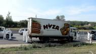 Eingesperrt ohne Wasser: Der Lastwagen mit den toten Flüchtlingen auf der Autobahn bei Parndorf im August 2015.