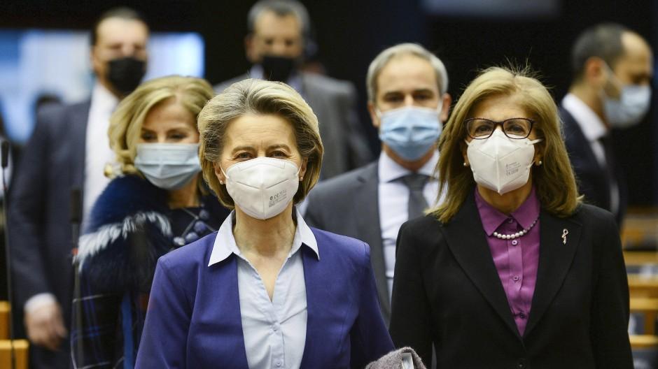 Die EU-Kommissionspräsidentin Ursula von der Leyen (links) und Gesundheitskommissarin Stella Kyriakides Mitte Februar auf dem Weg zu einer Debatte im Europäischen Parlament über das einheitliche Vorgehen bei den Corona-Impfungen