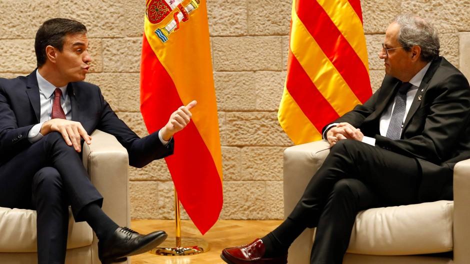 Spaniens Ministerpräsident Pedro Sánchez (links) und der katalanische Regionalpräsident Quim Torra am 6. Februar in Barcelona