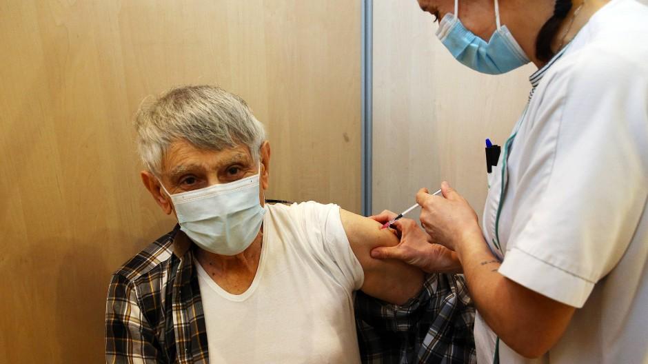 Einem Mann wird der Impfstoff von Biontech und Pfizer in einem Impfzentrum in Bayonne verabreicht.