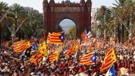 """Am """"Diada"""", dem katalanischen Nationalfeiertag, feiern die Menschen in ihrer Hauptstadt Barcelona. Unabhängigkeits-Kritiker haben es schwer."""