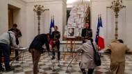 Menschen schreiben sich im Elysée-Palast in Paris in die Kondolenzbücher für Jacques Chirac ein