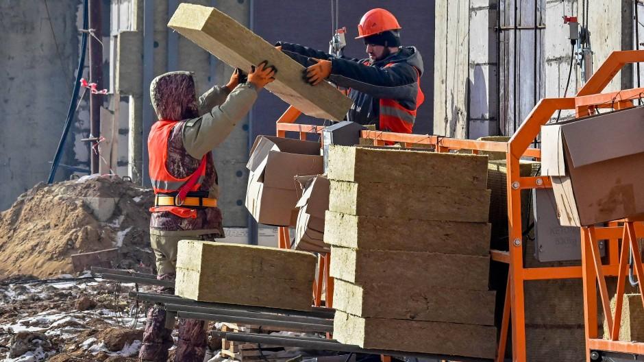Arbeiter auf einer Baustelle in Moskau am 12. März (Symbolbild)