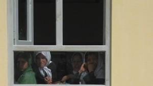 Regierung schließt Hunderte Schulen