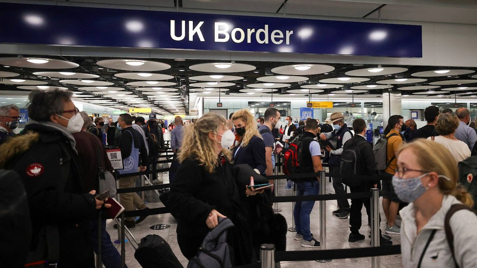 Reisende im Flughafen Heathrow im Juni