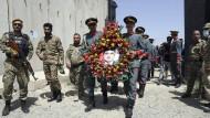 Angehörige der afghanischen Ehrengarde mit einem Foto von Dawa Khan Menapal, dem von den Taliban getöteten Direktor des Medienzentrums der Regierung am Samstag in Kabul.