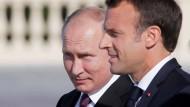 Schwierige Gespräche in St.Petersburg: Putin (l.) und Macron (r.)