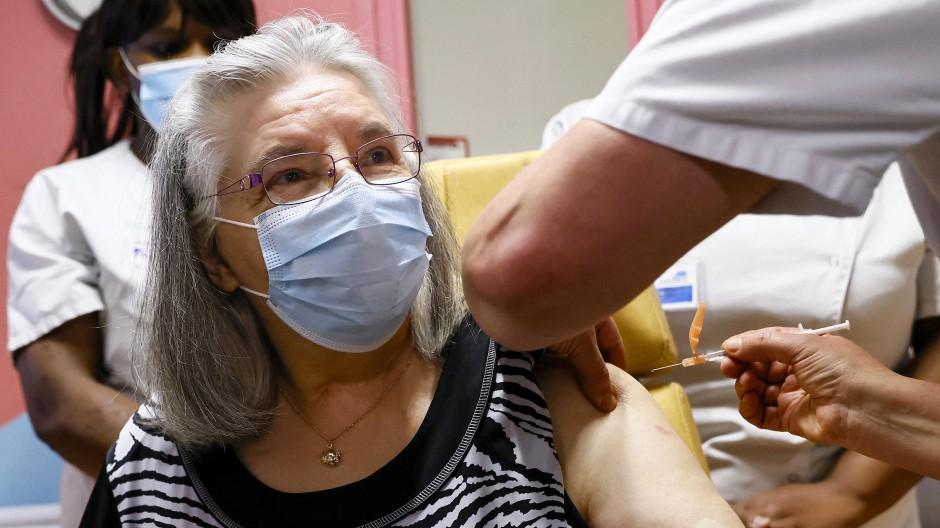Die 78 Jahre alte Mauricette wird in einem Krankenhaus in Sevran bei Paris am 27. Dezember als erste Frau in Frankreich gegen Corona geimpft.