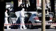 Französische Spezialisten inspizieren den Tatort auf dem Champs-Elysées.
