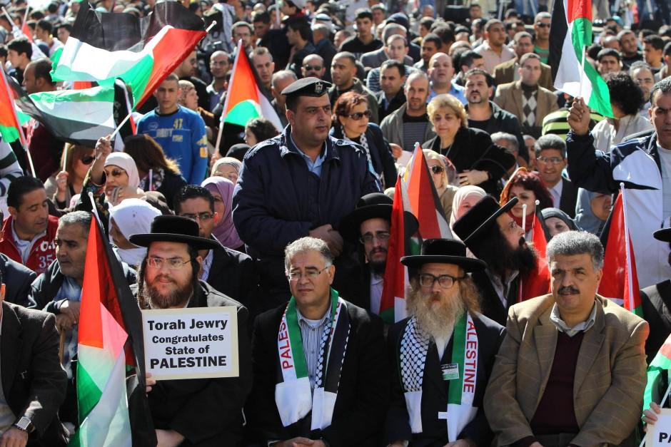 Palästinenser und orthodoxe Juden versammeln sich zur Unterstützung von Präsident Mahmud Abbas
