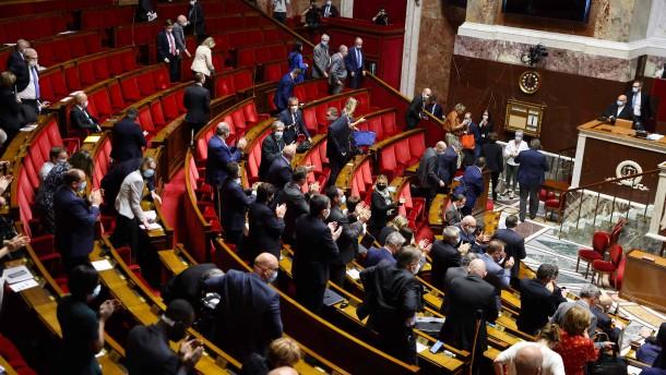 Opposition wettert gegen Macrons Führungsstil