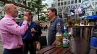 Liberale Elite: Bankangestellte im Londoner Finanzdistrikt Canaray Wharf in einer Bar
