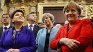 Europäische Farbpracht: Polens Ministerpräsidentin Szydlo, Großbritanniens Premierministerin May mit Merkel