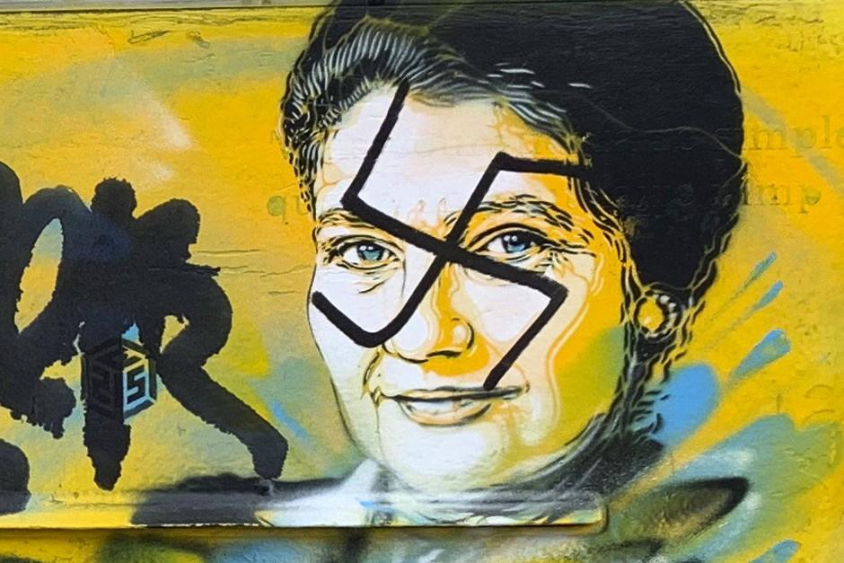 Mit Hakenkreuzen beschmiert: Abbildung der verstorbenen Holocaust-Überlebenden und Politikerin Simone Veil auf einem Briefkasten in Paris