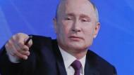 Chefdirigent: Wladimir Putin erteilt das Wort.