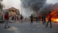 Basra im September: Demonstranten wollen den Sitz des Gouverneurs stürmen.